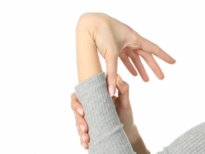 A hipermobilitási tesztek egyike – alkarra visszahajtható hüvelykujj