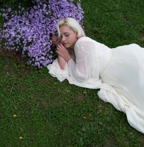 Pázsiton alvó nő