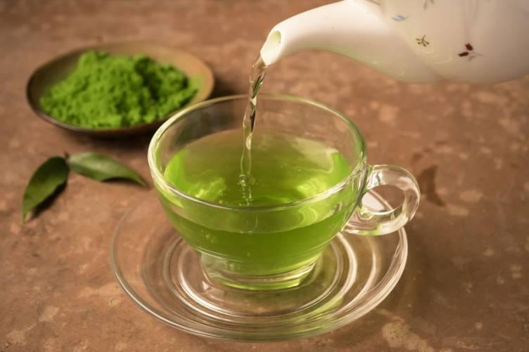 Zöld tea, kannából a csészébe