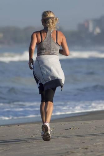 Női futó a vízparton