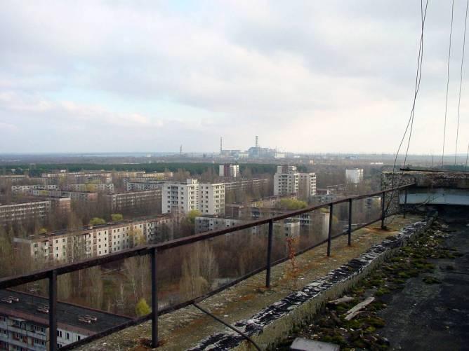 Pripjaty szellemvárosa, háttérben a csernobili atomerőmű.
