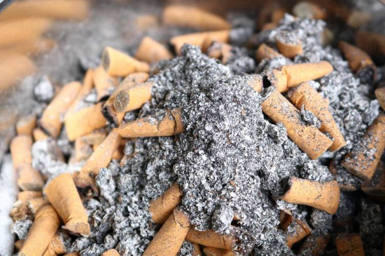 Cigarettacsikkek és hamu...