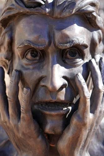 Szobor kifejező arca – félelem, szorongás