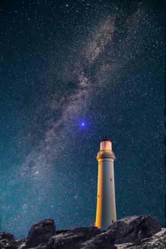 Csillagos égbolt, világítótorony