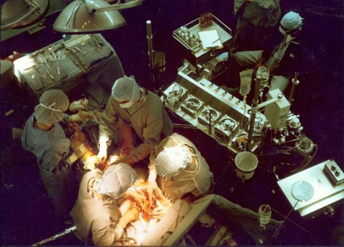 Szívműtét folyamatban, műtő felülnézetből