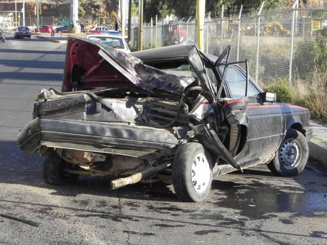 Autóbalesetben összetört autó