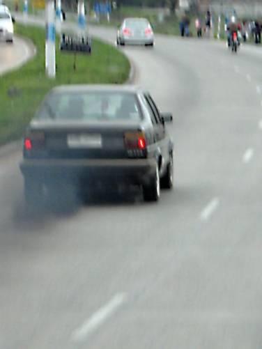Elhanyagolt dízelüzemű jármű erősen füstöl.