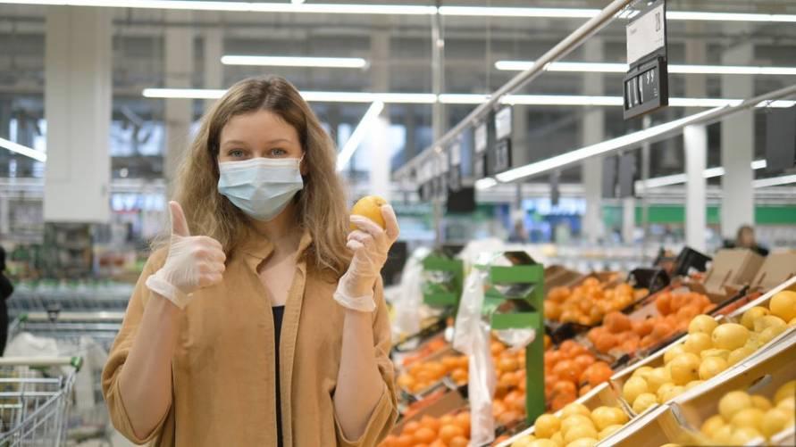 A maszk védi Önt és a környezetét! (élelmiszerbolt, fiatal nő maszkban)