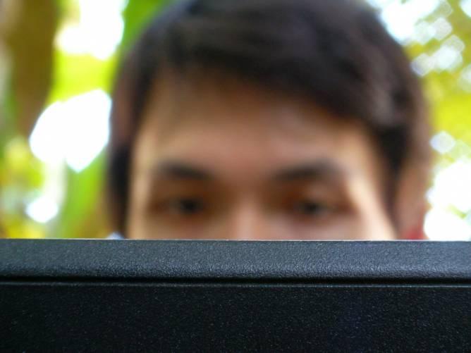 Munka monitor előtt.