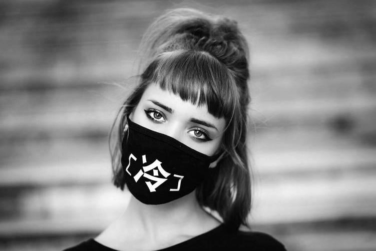 Maszkot viselő nő