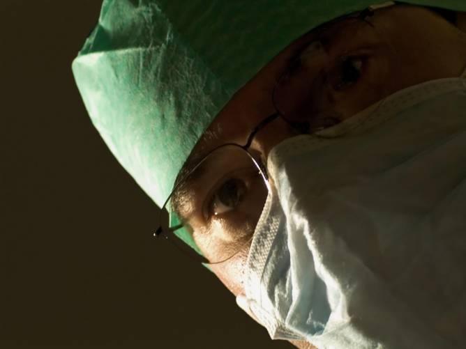 Sebészorvos maszkban